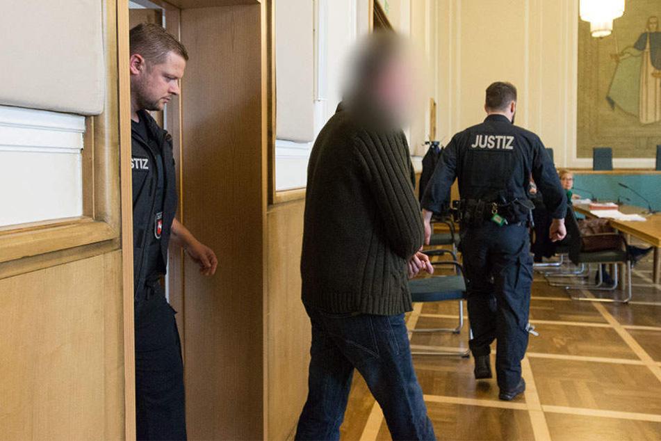 In Begleitung von Justizbeamten betrat der 48-Jährige den Gerichtssaal.