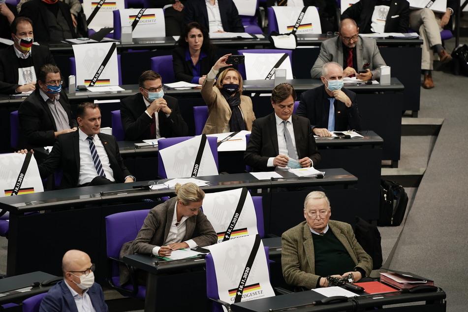 Während der Rede von Bundesgesundheitsminister Jens Spahn (CDU) holten die AfD-Abgeordneten Plakate raus.
