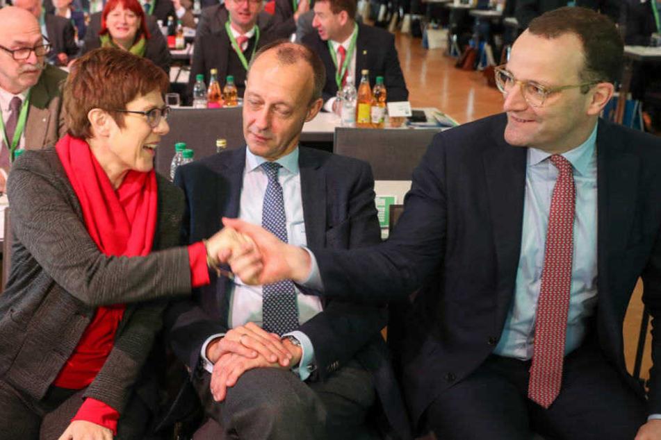Annegret Kramp-Karrenbauer, Friedrich Merz und Jens Spahn begrüßen sich auf dem Landesparteitag der CDU-Sachsen.