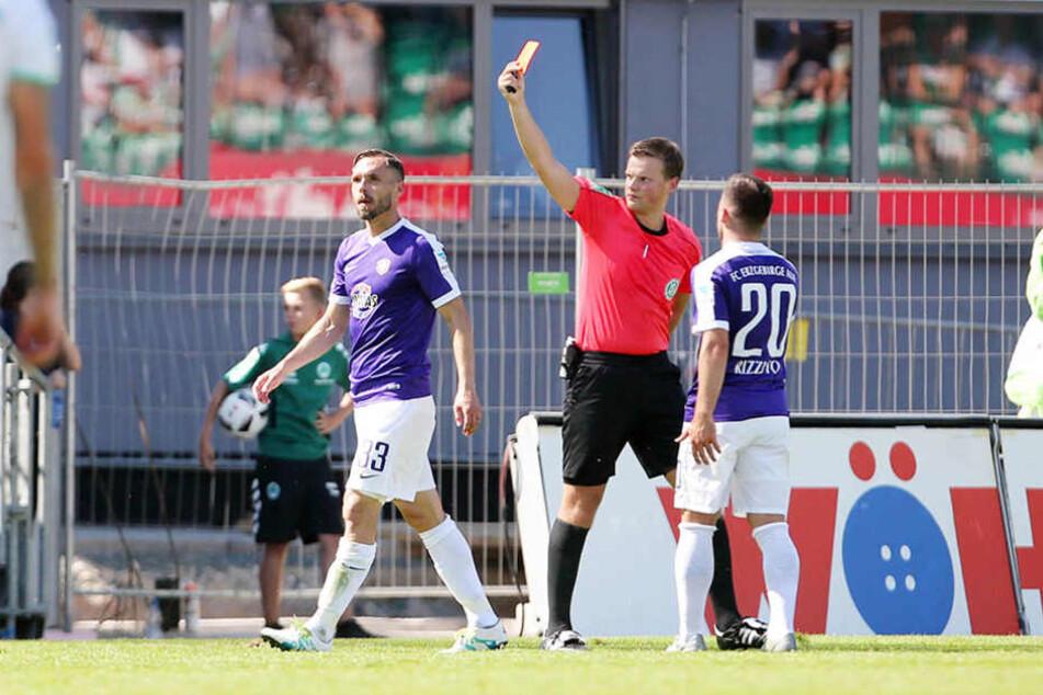 Christian Tiffert (li.) flog gegen Fürth mit Gelb-Rot vom Platz.
