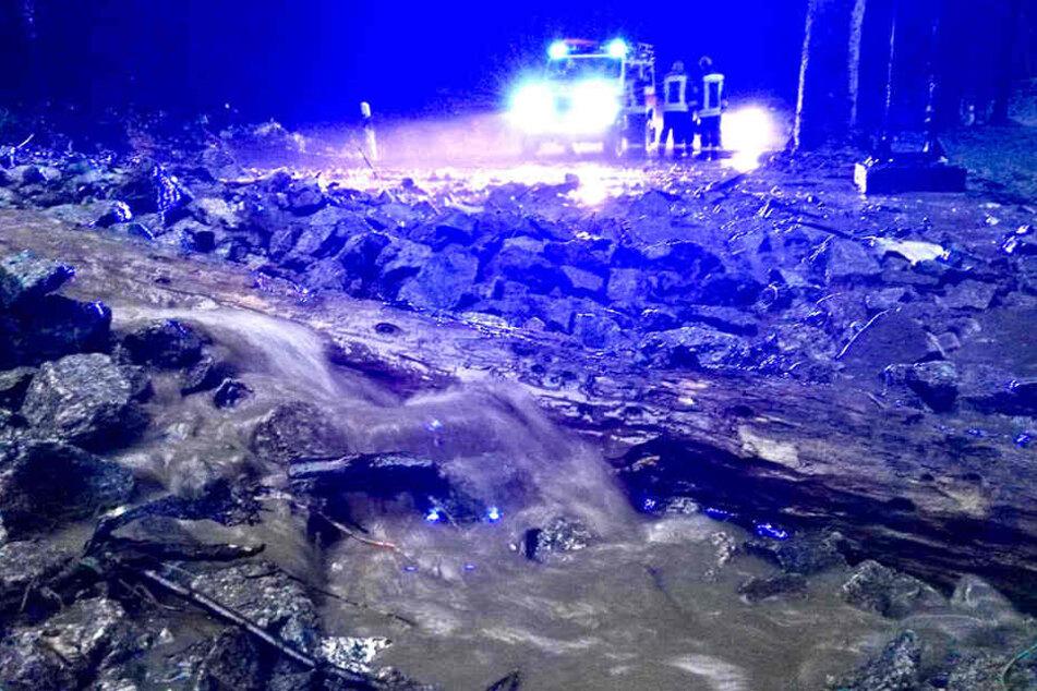 """Erdrutsch am Campingplatz """"Ostrauer Mühle"""": Erdmassen von bis zu einem Meter Höhe verschlammten die Straße."""