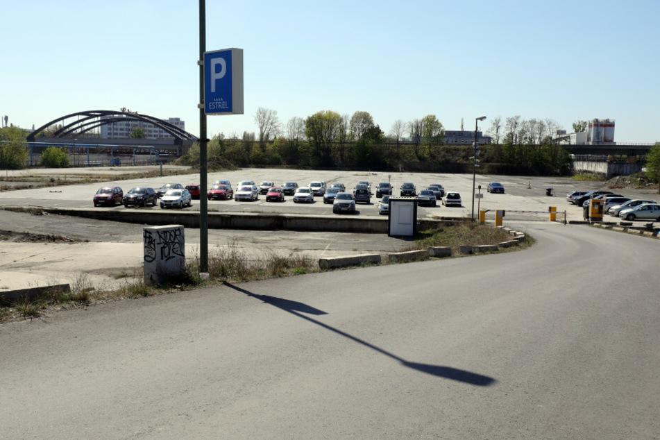 Der Ausweichparkplatz vor dem Hotel Estrel. In Berlin soll es bald auch einen Drive-in für Corona-Tests geben.