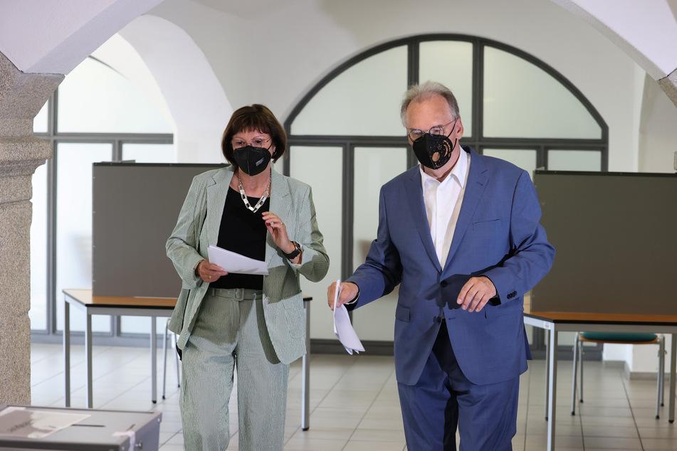 Sachsen-Anhalts Ministerpräsident Reiner Haseloff (67, CDU) und Ehefrau Gabriele bei der Stimmabgabe zur Landtagswahl.