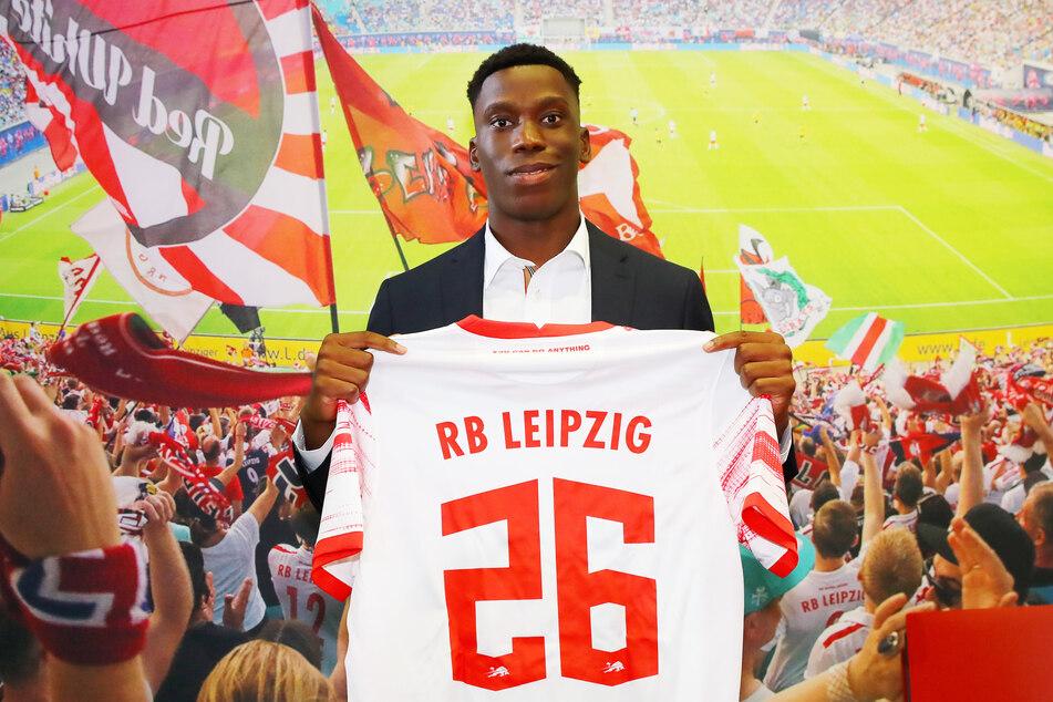 Ilaix Moriba zeigt stolz sein RB-Trikot mit der Nummer 26. Ob er schon am 11. September gegen die Bayern auf dem Platz stehen wird, ist noch unklar.