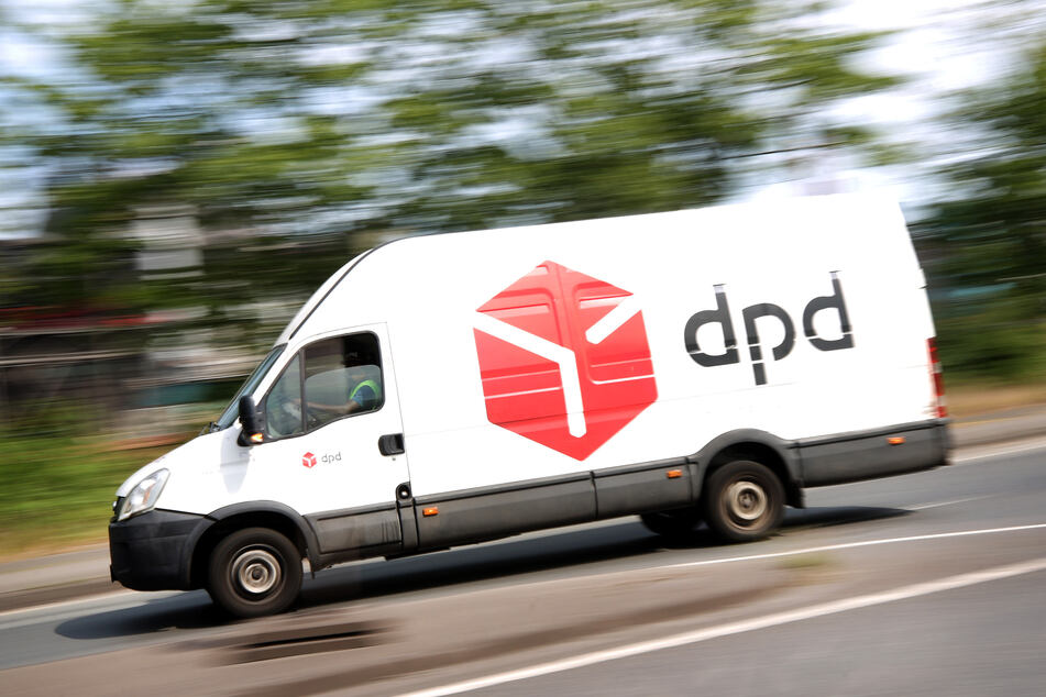 Ein DPD-Pakettransporter verlässt das Paketsortierzentrum von DPD. Der Zusteller hat rund 400 Beschäftigte seiner Duisburger Niederlassung vorsorglich auf das Coronavirus testen lassen.