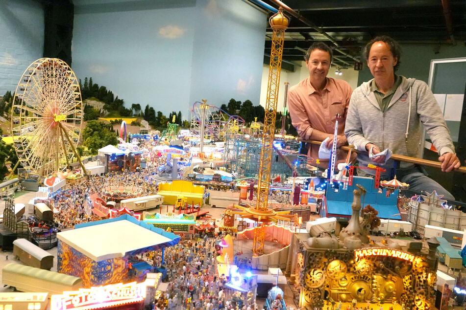 Frederik (l.) und Gerrit Braun (r. beide 53 Jahre alt) posieren mit einer ihrer neuen Kreationen. Gemeinsam mit dem Europa-Park Rust planen sie den Aufbau einer virtuellen Erlebniswelt, die bis zum Jahreswechsel 2021/2022 entstehen soll.
