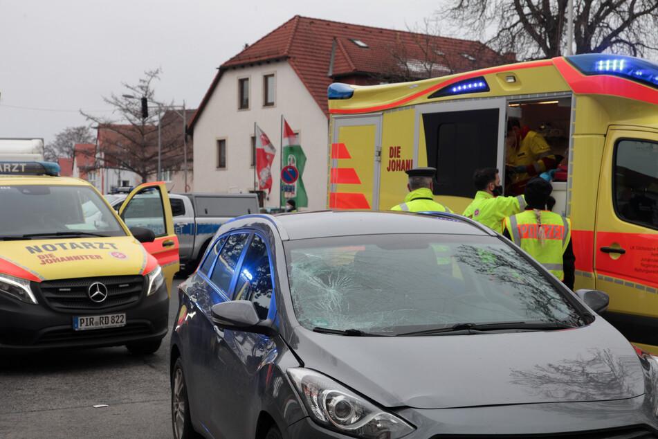 Das Auto hat durch den Unfall einen Sachschaden erlitten. Die verletzten Fußgängerinnen mussten ins Krankenhaus gebracht werden.