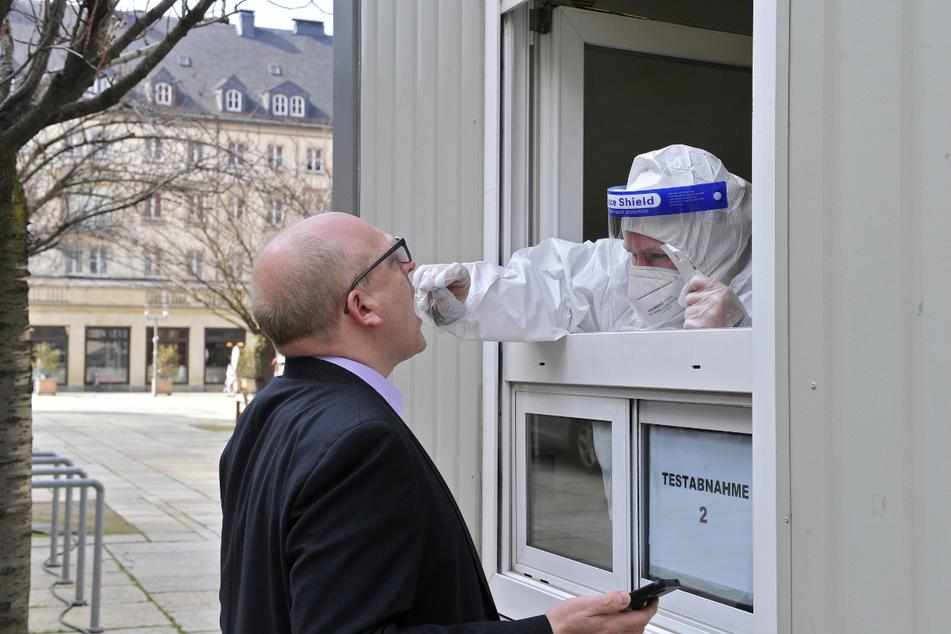 An einem Fenster wurde bei Sven Schulze (49) ein Abstrich aus dem Rachen genommen.