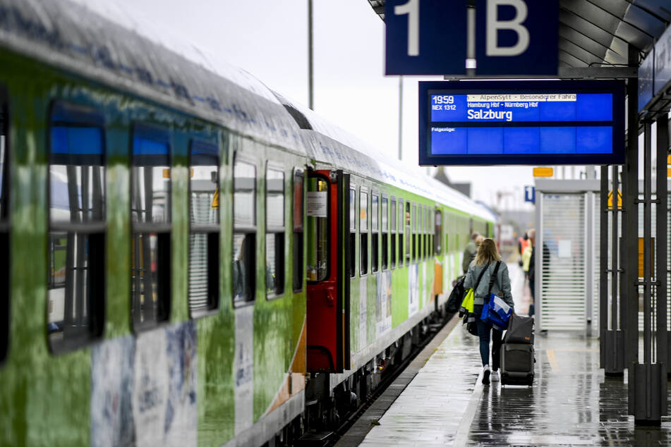 """Der """"Alpen-Sylt-Nachtexpress"""" fährt in der Regel donnerstags und samstags von Sylt nach Salzburg sowie freitags und sonntags in die entgegengesetzte Richtung. Er hält dabei unter anderem in Niebüll, Husum, Hamburg, Frankfurt, Nürnberg und München."""