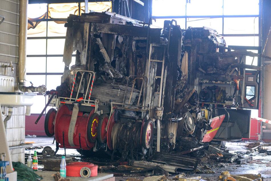 Ein zerstörtes Löschfahrzeug steht in der Halle. Das Feuer hat einen Millionenschaden verursacht.