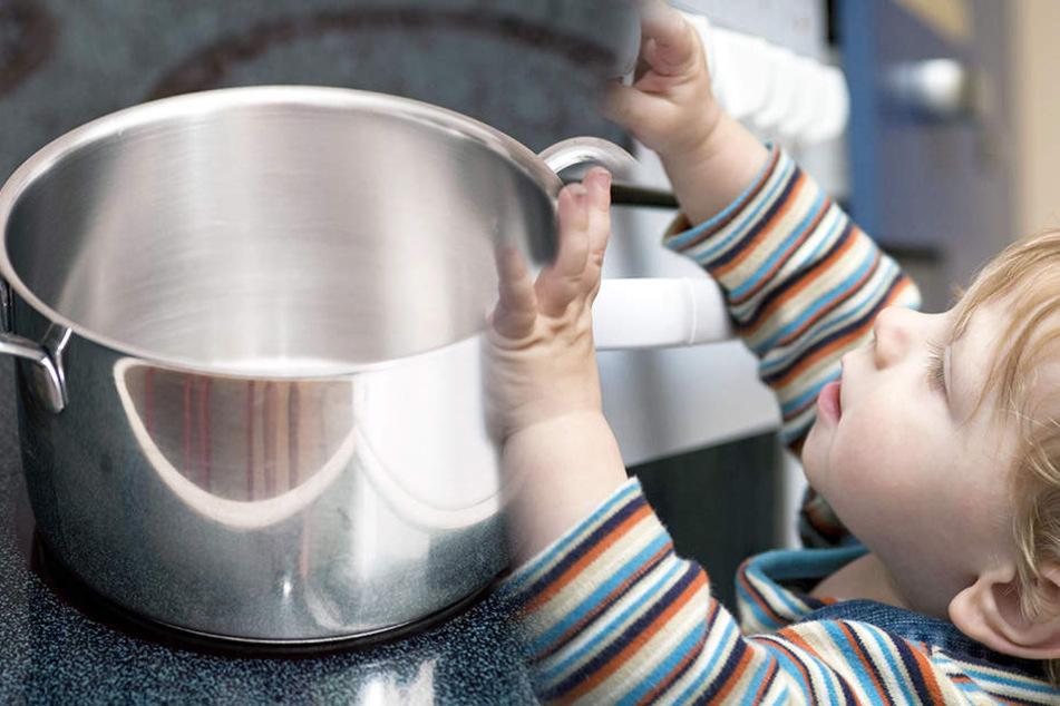 Das Kleinkind hatte einen Topf mit kochendem Wasser vom Herd gezogen und verbrühte sich.