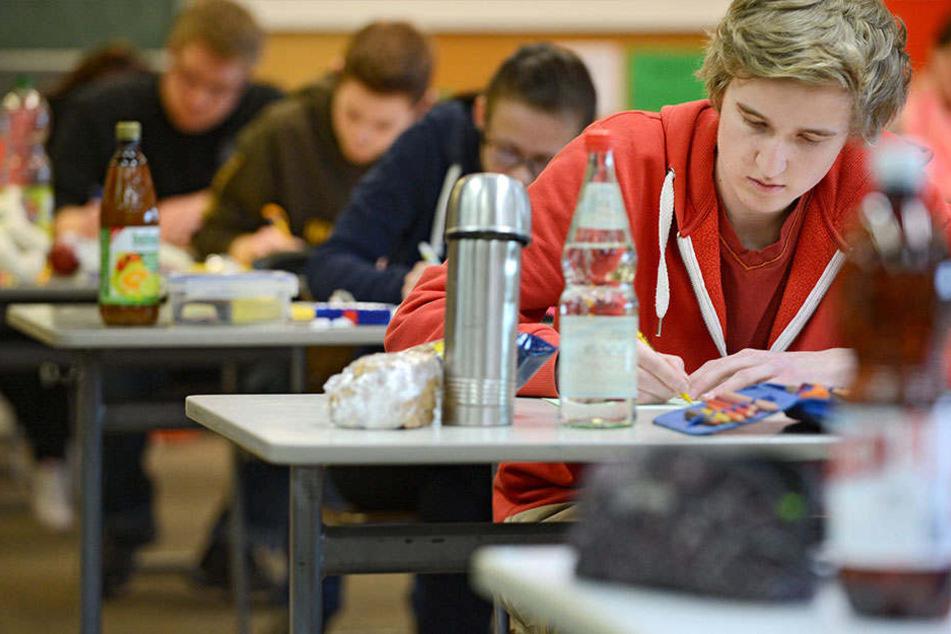 Schüler der Realschule Heepen hatten 30 Minuten mehr Zeit als die anderen Zehntklässler in NRW. (Symbolbild)