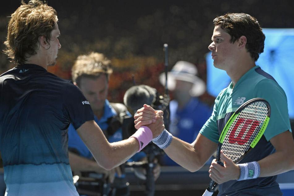 Alexander Zverev (l) und Milos Raonic geben sich nach dem Match die Hand.