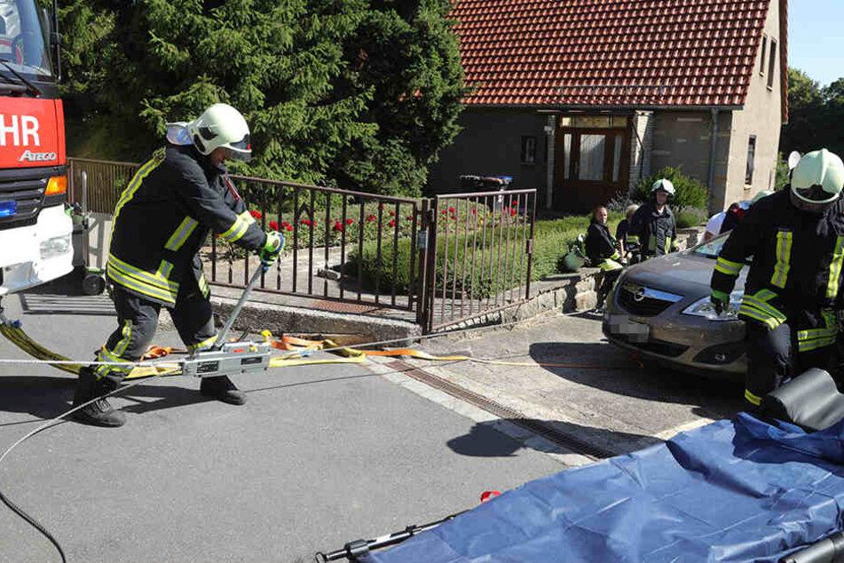 Die Feuerwehr musste den Verletzten mit Spezialausrüstung unter dem Opel befreien.