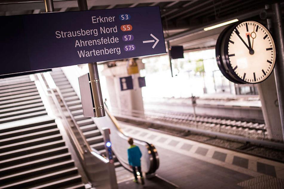 Nach fünfeinhalb Jahren ist am Morgen der durchgängige S-Bahnverkehr von Erkner bis zum Berliner Westkreuz wieder aufgenommen worden.
