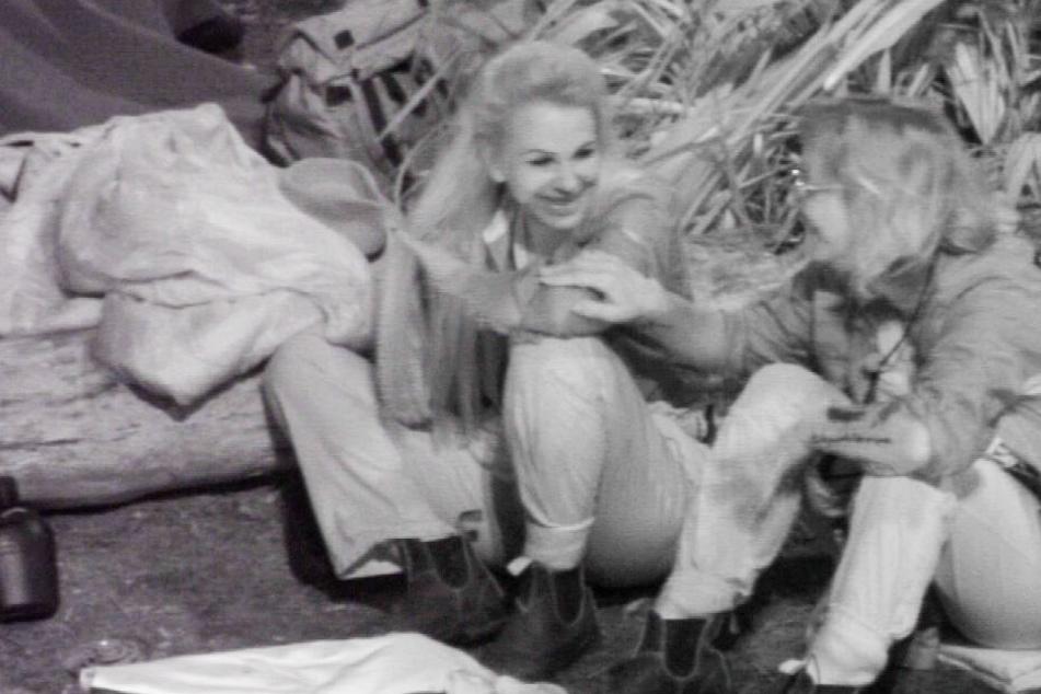 Im Dunkeln lässt sich's gut Munkeln: Claudia (li.) und Danni (ee.) führen ihre angeregte Unterhaltung auch bei der Nachtwache fort.