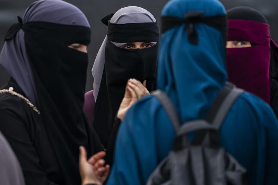 EDemonstration gegen die erste Geldstrafe für das Tragen des Gesichtsschleiers Niqab in Dänemark, wo das Gesetz neben Ganzkörper- und Gesichtsschleiern wie Burkas und Nikabs auch Sturmhauben, Ski- oder andere gesichtsbedeckende Masken sowie falsche Bärte