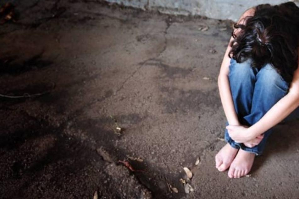 Die Preise für den sexuellen Dienst wurden am Telefon ausgemacht. Das Mädchen machte schreckliches durch.