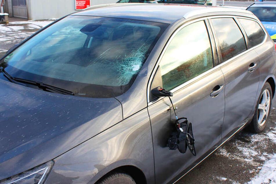 Sowohl die Frontscheibe als auch der Spiegel wurden durch die Eisplatte beschädigt.