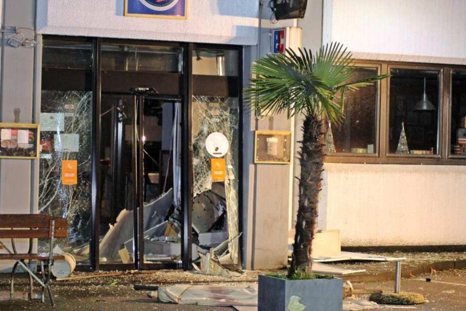 Der Eingangsbereich des Gebäudes wurde durch die Sprengung stark beschädigt.
