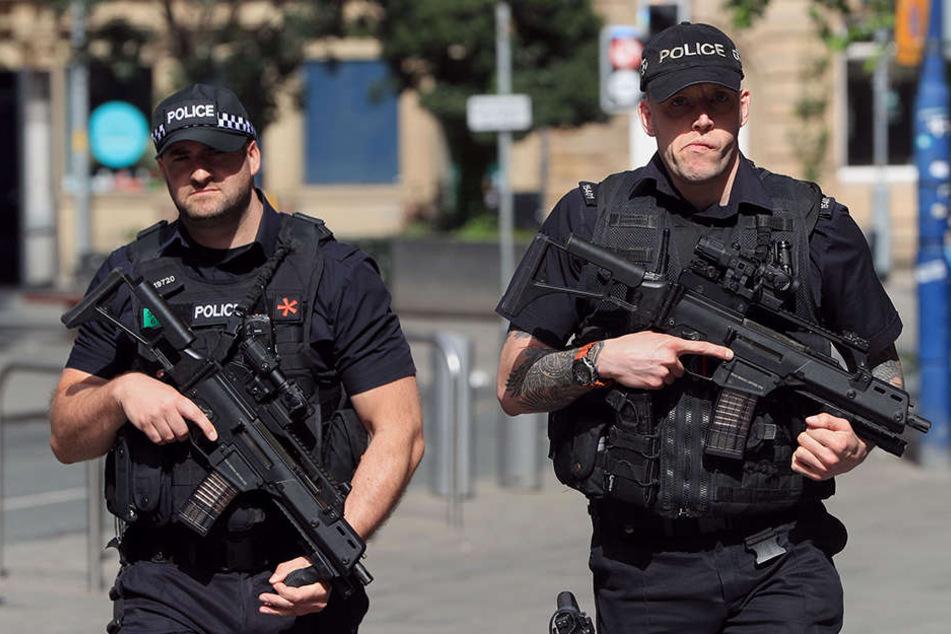 Der Tag nach dem Terror: Bewaffnete Polizisten patrouillieren in Manchester.