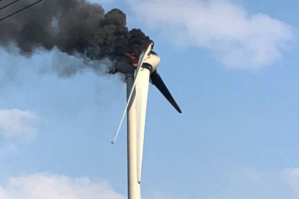 Unwetter: Windrad steht nach Blitzeinschlag in Flammen