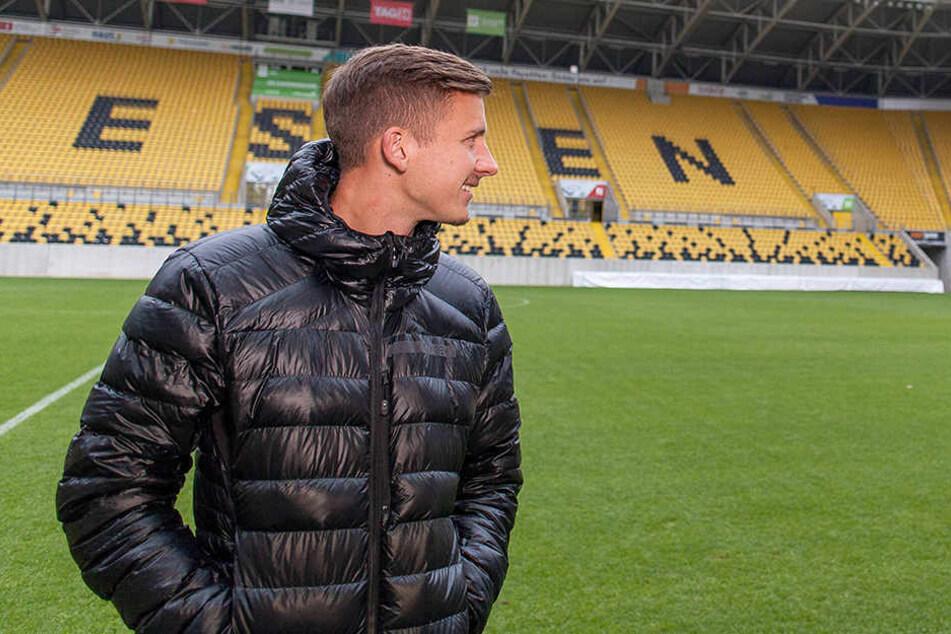 Paul Seguin blickt Richtung  K-Block. Einen Sieg im heimischen DDV-Stadion durfte der vom VfL Wolfsburg  ausgeliehene Defensivspieler bisher leider noch nicht erleben.