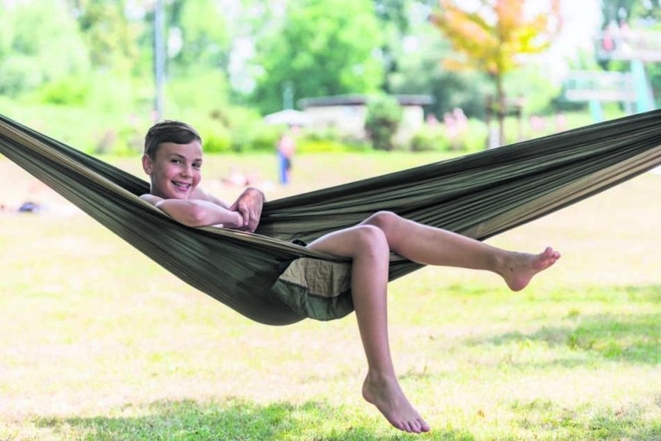 """Chillen pur - Auch das ist im """"Wostra"""" möglich: Gustav (12) hat sich eine Hängematte mitgebracht und zwischen die alten Bäume gespannt."""