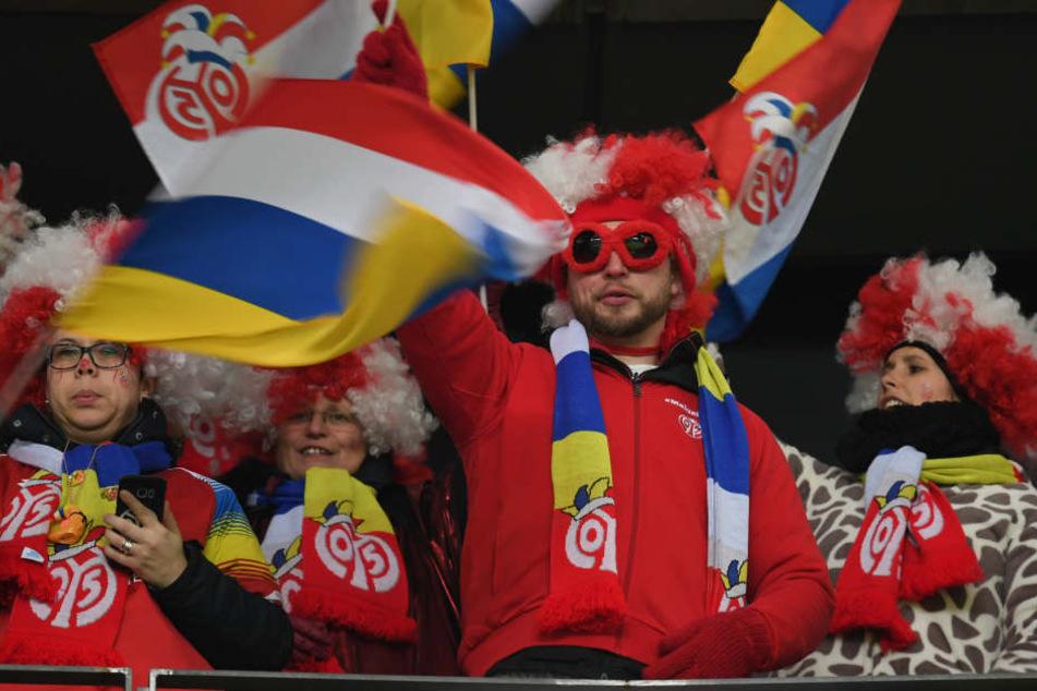 Fünfte Jahreszeit: Die Mainzer Fans kamen kostümiert nach Frankfurt.
