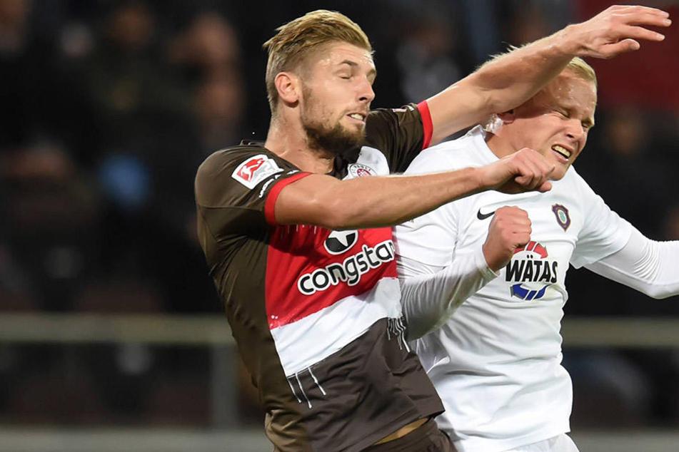 Die Szene, die im Nachhinein für Zündstoff sorgte: St. Paulis Lasse Sobiech  rammt Sören Bertram (r.) den Ellenbogen ins  Gesicht.
