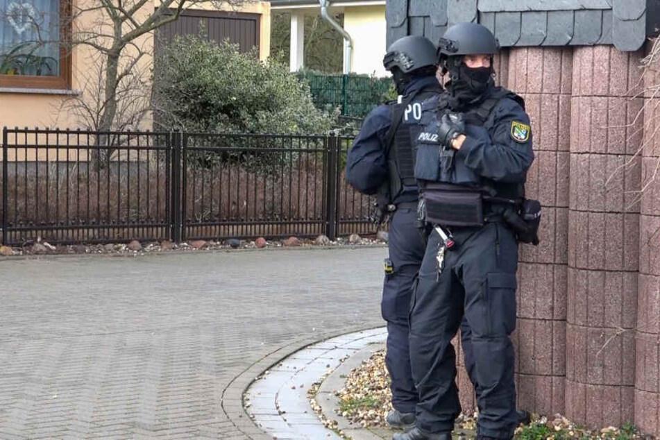 Die Einsatzkräfte sicherten das Haus des Tatverdächtigen.