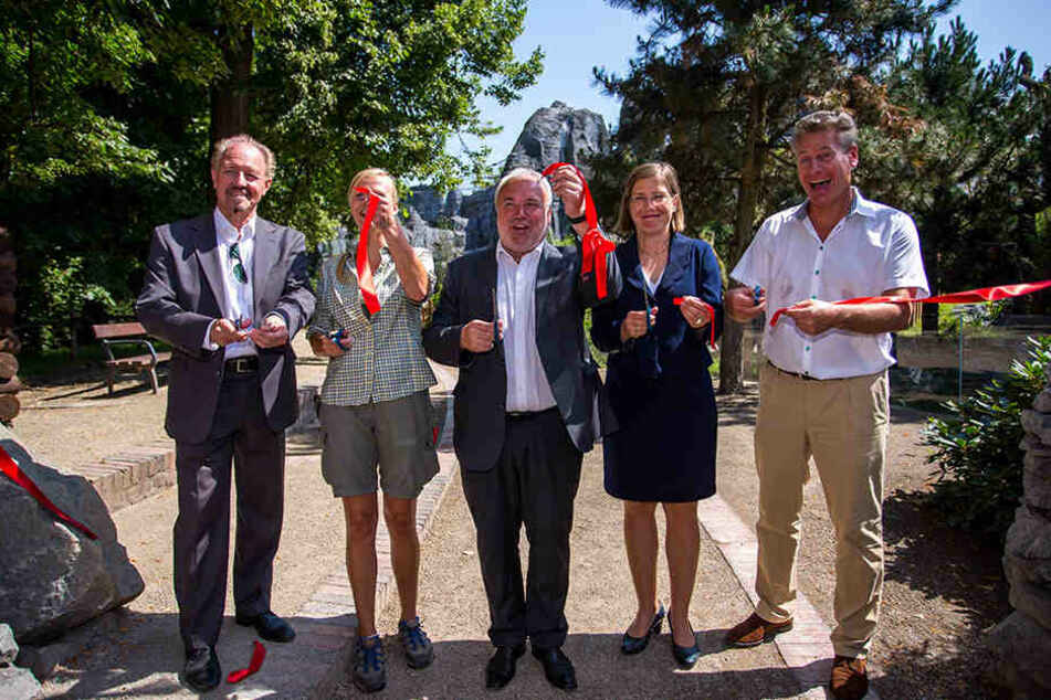 Von links nach rechts: Architekt Peter Rasbach, Kirsten Roth, Prof. Unhold (Zoodirektor), Dr. Jennicke und WWF Deutschland-Chef Eberhard Brandes beim Zerschneiden des roten Bandes.
