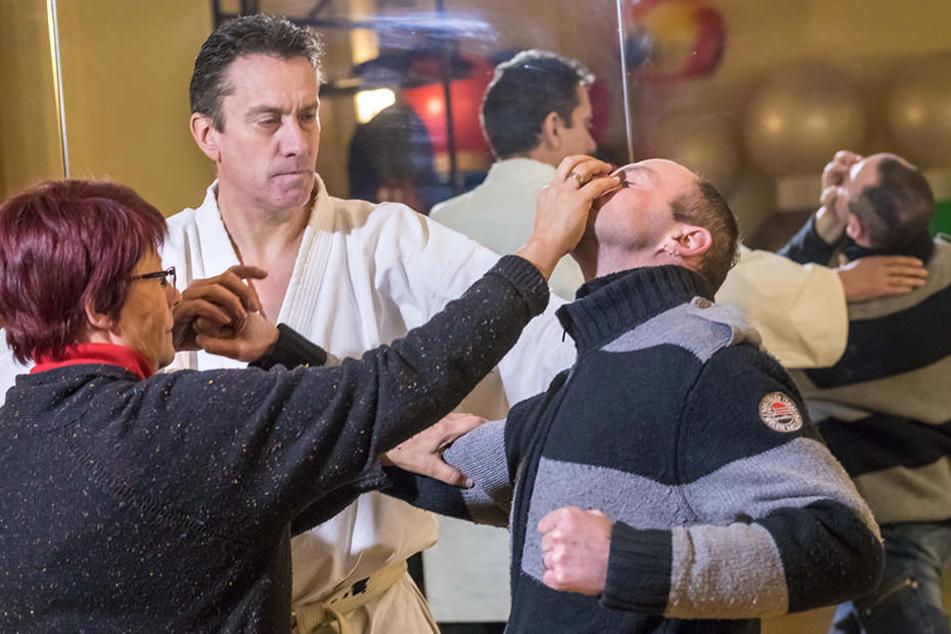 Olaf Guddat (52, M.) betreibt seit mehr als 30 Jahren Kampfsport, hat den 2. Meistergrad in Karate. In der Trainingshalle zeigt er, wie sich auch Frauen zur Wehr setzen können.