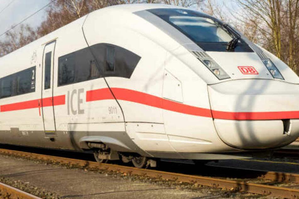 Mitten im Zug entdeckte die Zugbegleiterin den Mann. (Symbolbild)