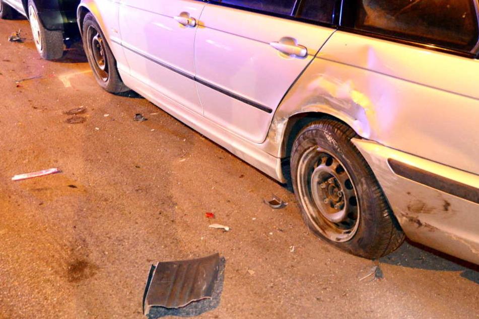 Ein angetrunkener Mann ist mit seinem Transporter gegen zwei Autos gefahren und geflüchtet. (Symbolbild)