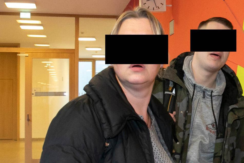 Mutter Katrin (47) musste gestern mit Sohn Alexander R. (20) zusammen auf die Anklagebank.