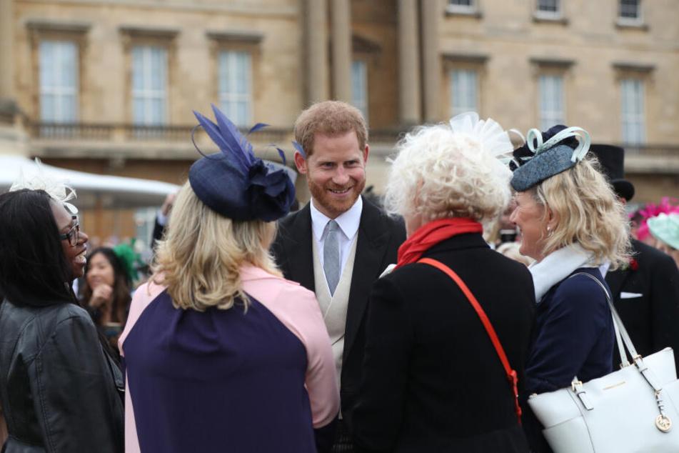 Hier strahlt er noch. Prinz Harry auf einer königliche Gartenparty im Buckingham Palast. Aber was ist an den Gerüchten dran?