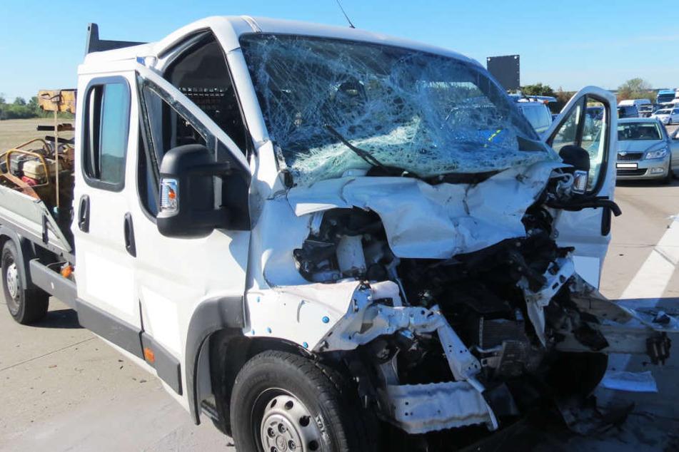 Alle vier Insassen des Transporters wurden bei dem Unfall schwer verletzt.