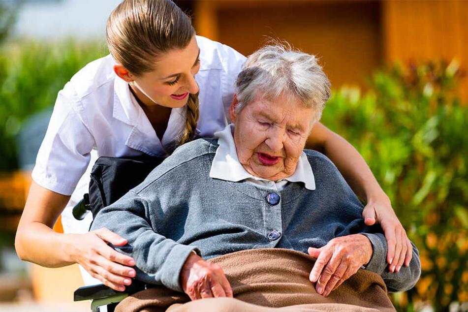 Drei Viertel der Sachsen pflegen ihre Angehörigen zu Hause, häufig mit Unterstützung von Pflegediensten. Auch im Heim braucht es professionelle Fürsorge. Weil Sachsen immer älter wird, steigt auch der Bedarf an Pflegekräften.