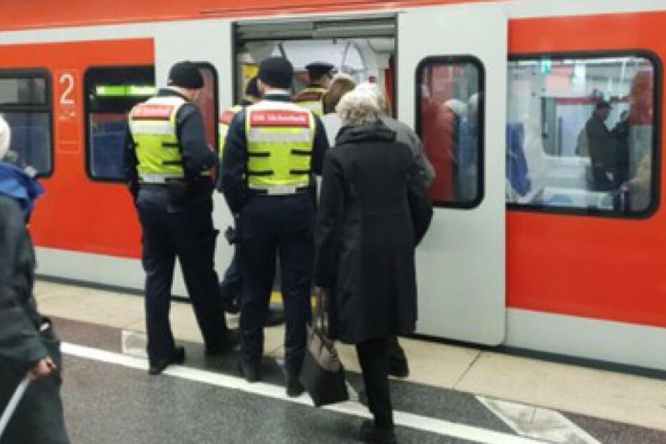 Die DB-Sicherheitsleute kontrollierten einen Mann in der S4 bei München.