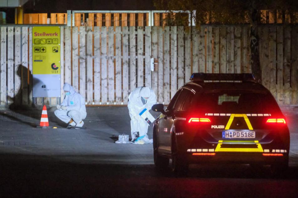 Polizisten sicher im Scheinwerferlicht eine Polizeiautos die Spuren am Hauptbahnhof.