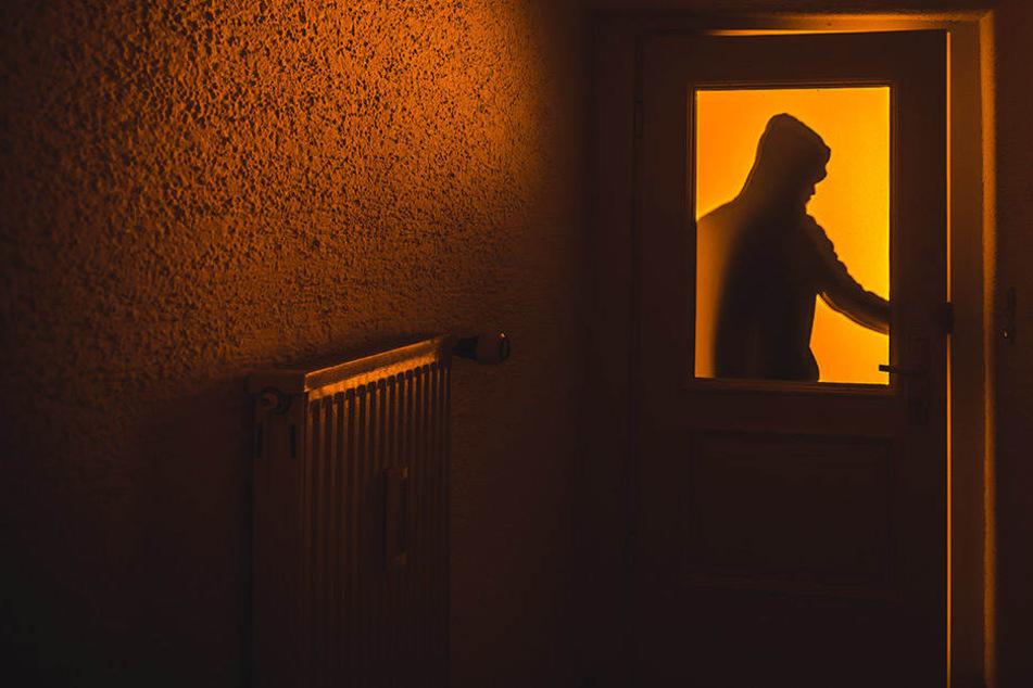 Die Frau hatte sich gerade hingelegt, als sie Geräusche aus einem anderen Zimmer wahrnahm. (Symbolbild)