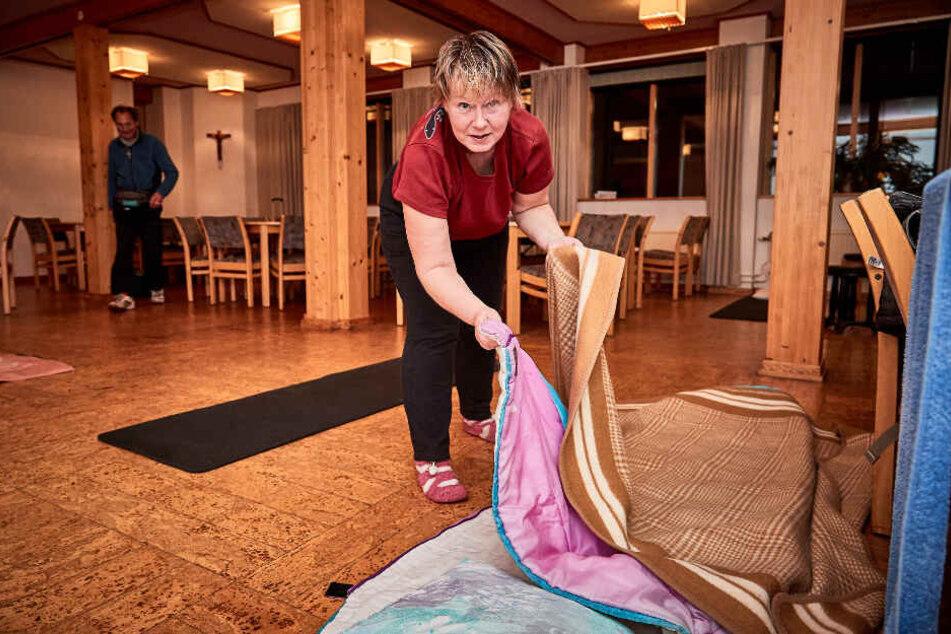 Nach dem Duschen bereitet Antje (45) ihren Schlafplatz auf dem Boden vor. In diesem Saal nächtigten 22 weitere Obdachlose.
