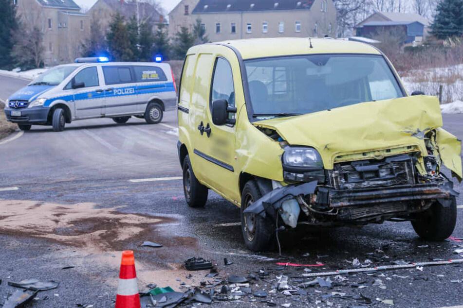 Der Fiat wurde bei dem Crash heftig demoliert.