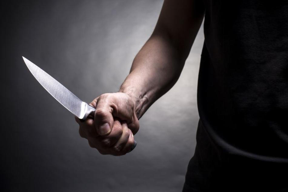 Mit einem Messer und einer Flache ging die Gruppe auf den Mann los. (Symbolbild)