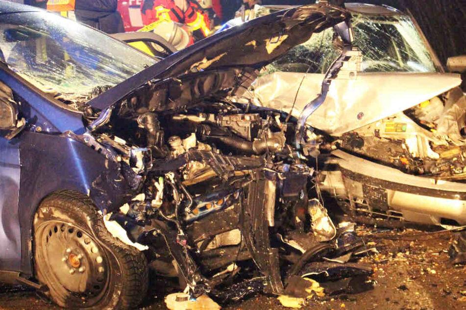 Horror-Unfall: Autofahrerin schwebt nach Frontal-Crash in Lebensgefahr!