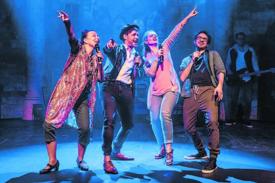 "Proben-Spaß (v.l.): ""Tournee-Mutti"" Helga (Julia Henke), John (Andreas Köhler), Nina (Katharina Eirich) und Richie (Janis Masino)."