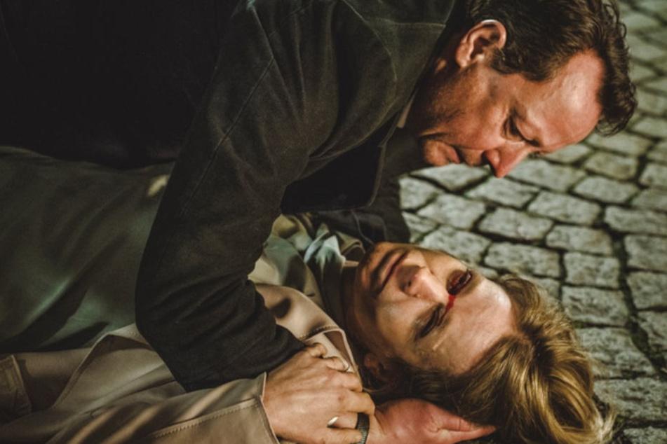Julia Wendt wird vor seinen Augen überfahren, stirbt in seinen Armen.