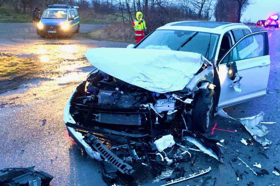 Heftiger Crash endet für zwei VW-Fahrer im Krankenhaus, beide Autos Schrott!