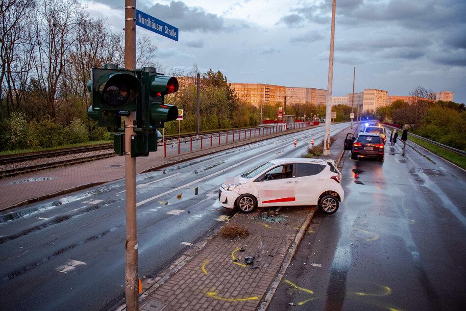 Der kaputte Hyundai steht nach dem Unfall auf dem Bordstein der Mittelinsel.